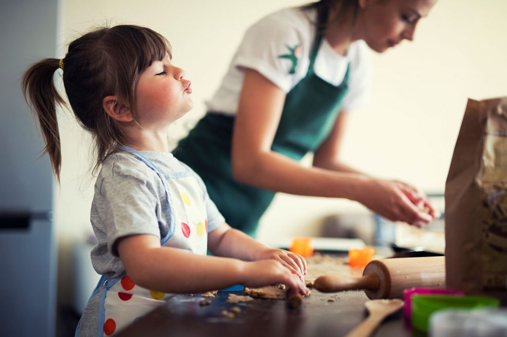 girl-baking-with-mom